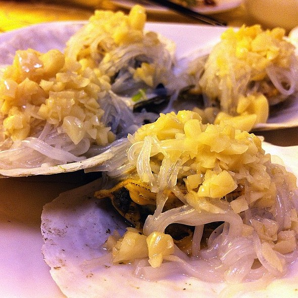 scallops topped with vermicelli and garlic #seafood  #restaurants #travel #qingdao #china #scallops @ 鑫九龙海鲜餐厅