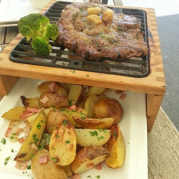 Rumpsteak w/ rosemary potatoes @ Happypek
