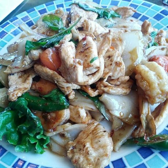 Drunken Noodles With Chicken & Shrimp - Tara Thai, Falls Church, VA