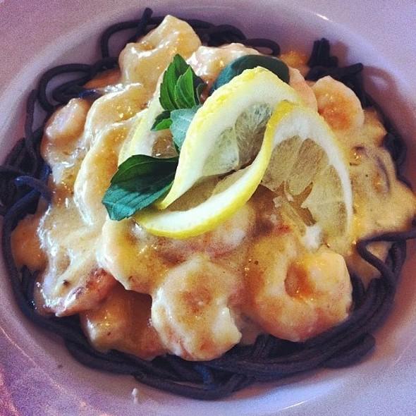 Pasta Negra Com Molho De Camarão E Limão Siciliano