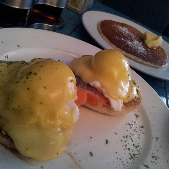Eggs Benedict @ The Flying Pan