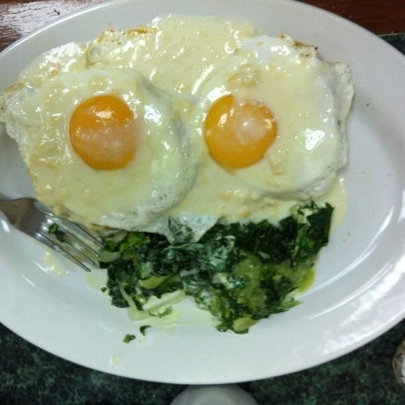 Huevos Montados En Busquit  Con Ensalada Espinacas