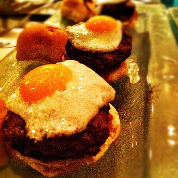 Sliders de carne de res @ El Cine Restaurante