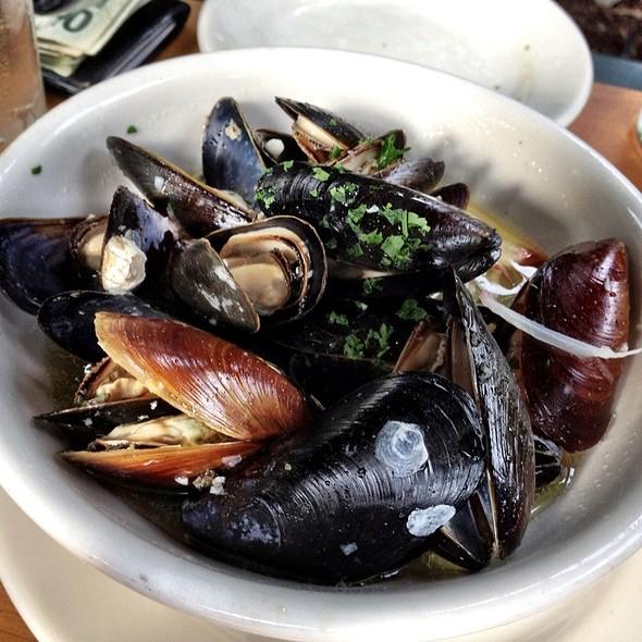 Penn Cove Mussels - Maximilien, Seattle