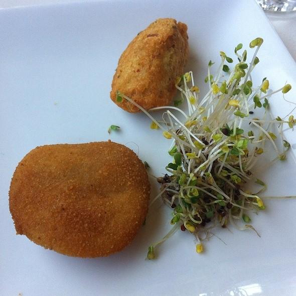 Pasteis de bacalhau e rissóis de camarão - Lisbon by Night, Toronto, ON
