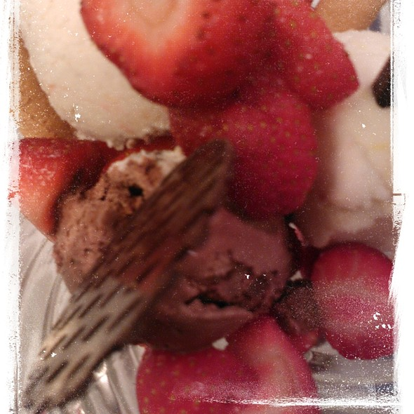 Strawberrys & Icecream @ Dostojevski Bar