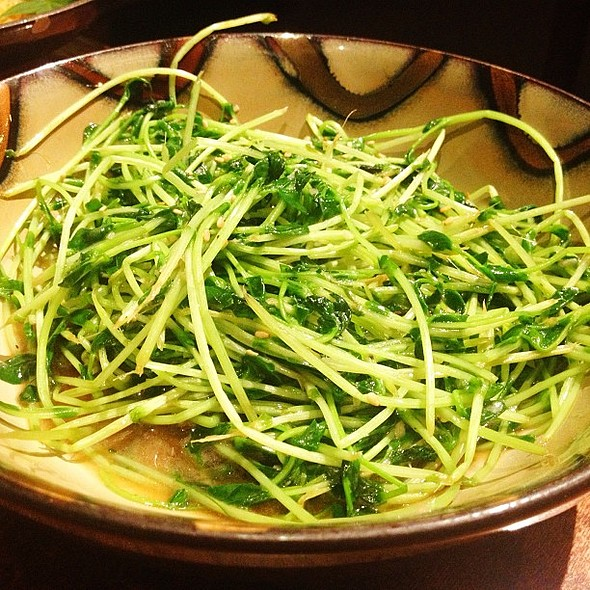 Tomyo Itame. Pea sprouts in garlic sauce.