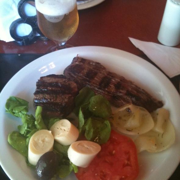 Biscuit e Vacio com Salada Corrientes e Cebola Assada