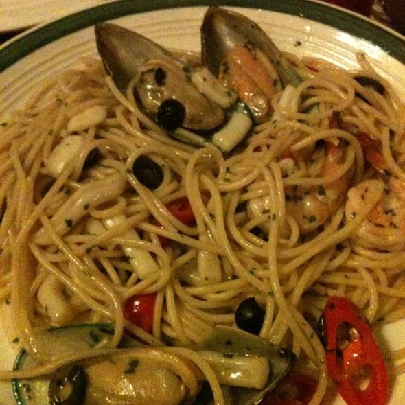 Spaghetti aglio-olio with seafood
