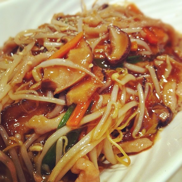 Fried Noodles With Shredded Pork, Beansprouts And Musrhooms @ Calgary Court Restaurant Ltd