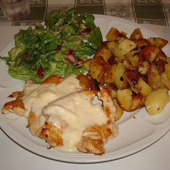 Chicken with salad, potatoes and cheese fondue
