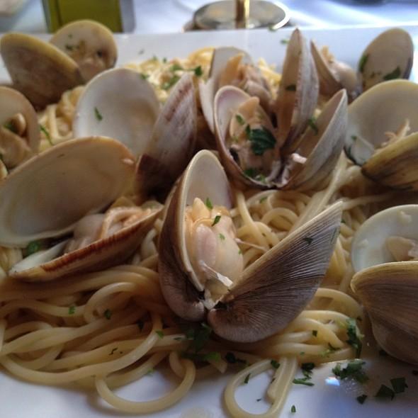 Spaghetti alla Vongole @ Villa Francesca