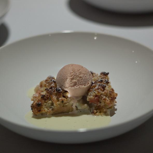 Rhubarb Lavender Crumble Pie, Strawberry Ice Cream @ Pläj
