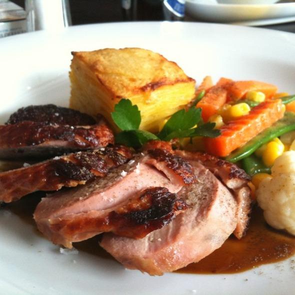 Zauzená kachní prsa podávaná se smetanovými brambory a vařenou zeleninou @ Como Mediterranean Restaurant & Café