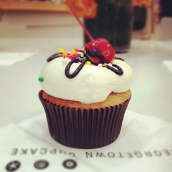 Banana split cupcake vanilla @ Georgetown Cupcake