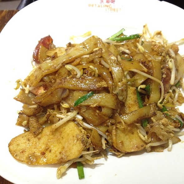 Char Kway Teow (Malaysian Style Fried Rice Noodles With Prawns, Chinese Sausage and Bean Sprouts)