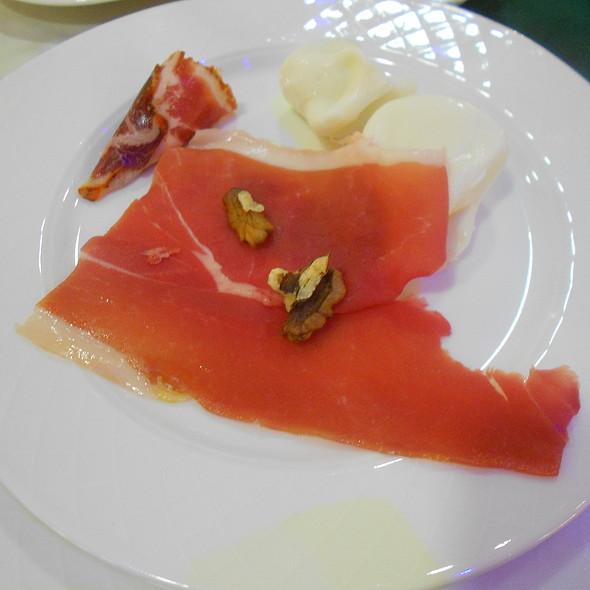 Crudo di Parma con noci, scamorzine e cono di coppa con ricotta all'erba cipollina @ La Felce Imperial Hotel