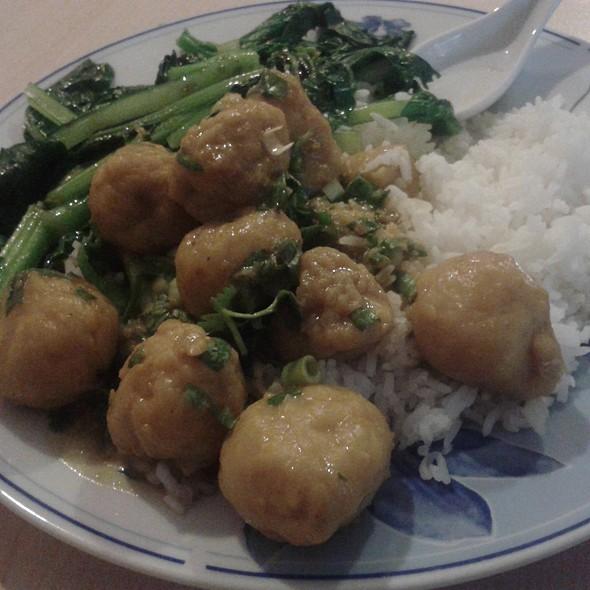 Fish meatballs in curry sauce, jasmine rice, bok choy @ Coconut bar y restaurante