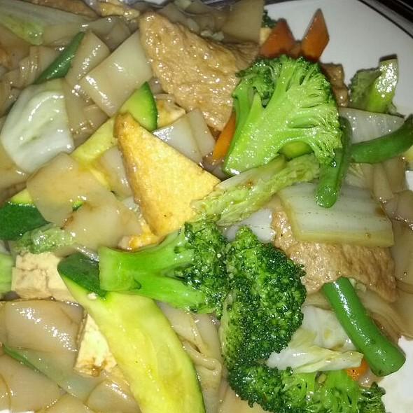 Chow Fun Stir Fry  @ Loving Hut