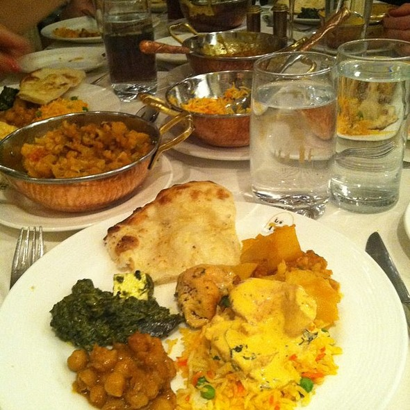 Aloo gobi, Saag Paneer, Butter Chicken and Garlic Naan - Le Taj, Montreal, QC