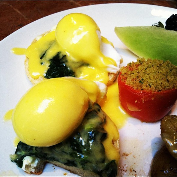 Eggs Benedict with Grilled Tomato - Verses Restaurant, Montréal, QC