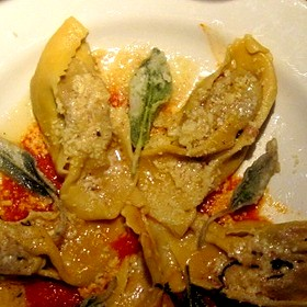 Ravioli al granchio con riduzione di bisque, pomodorini e melanzane