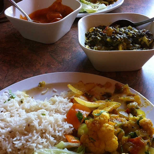 Aloo gobi, Saag Paneer, Butter Chicken and Garlic Naan @ Coriander Kitchen