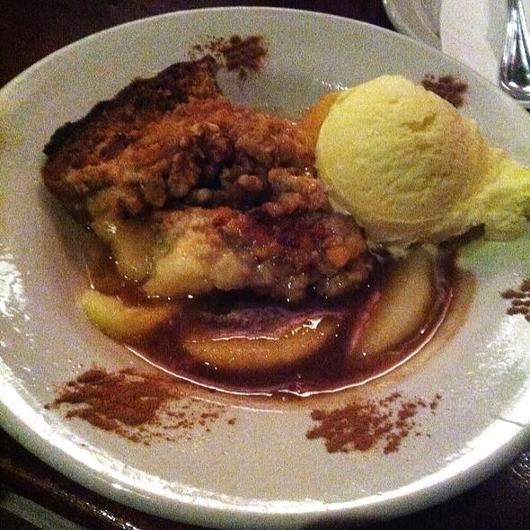 Southern Style Apple Cobbler - Bâton Rouge Steakhouse & Bar - de la Montagne, Montréal, QC