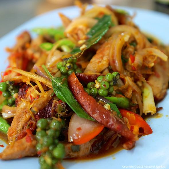 เป็ดย่างผัดฉ่า | Spicy Stir Fried Roast Duck with Herbs  @ เป็ดย่างพัฒนาการ 50 (Pet Yang Phatthanakan 50)