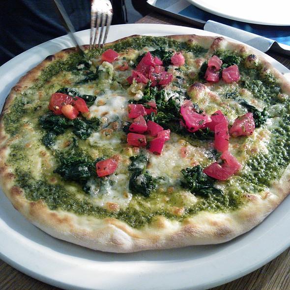 Pesto con spinaci pizza @ Vapiano