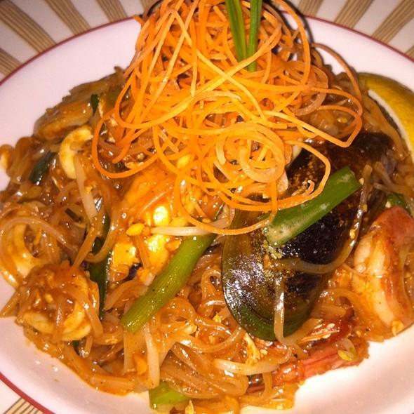 Delux Seafood Pad Thai
