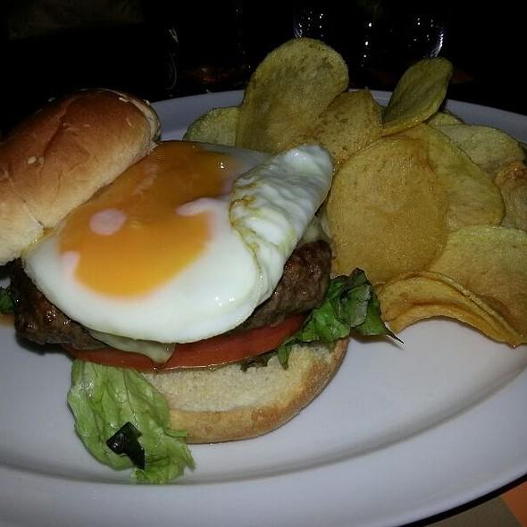 Hambúrguer De Picanha Com Queijo, Alface, Tomate E Ovo