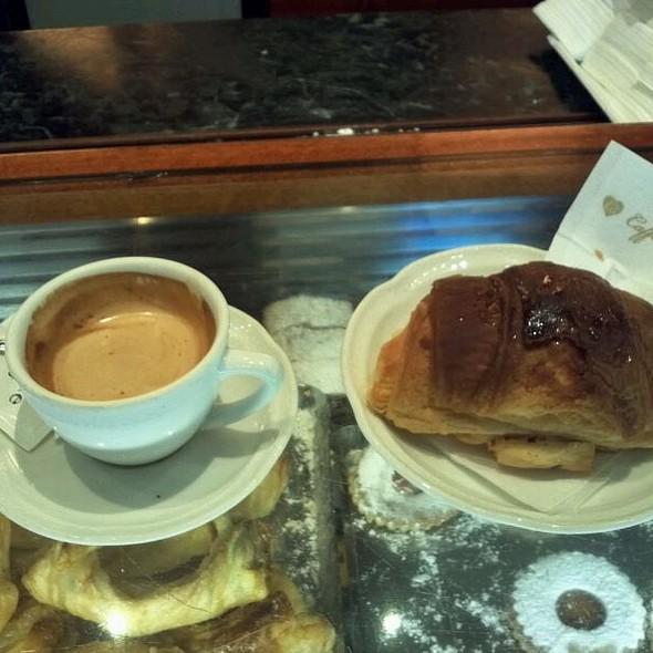 Capuccino e brioche  @ Caffè Beltrame S. R. L.