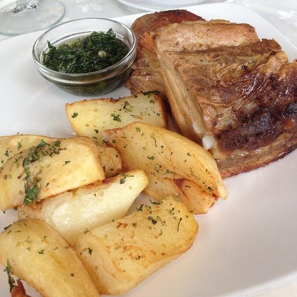 Costillar de cerdo al horno con papas salteadas al romero