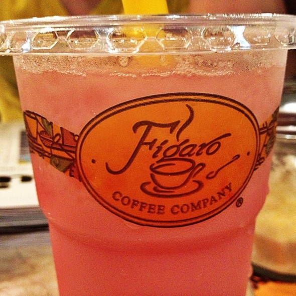 Strawberry Milk Tea With Yakult @ Figaro