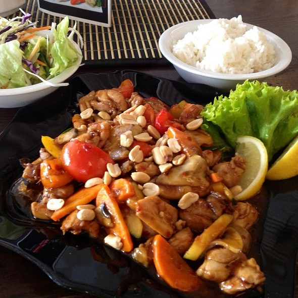 Gong Bao Chicken with Peanuts @ Hana Sushi