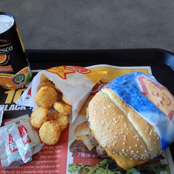 Breakfast Burger: Hamburguesa (Porción De Carne, Queso Americano, Tocino, Huevo Y Papa Hash Brown), Papas Hash Brown Y Jugo De Naranja @ Carl's Jr.