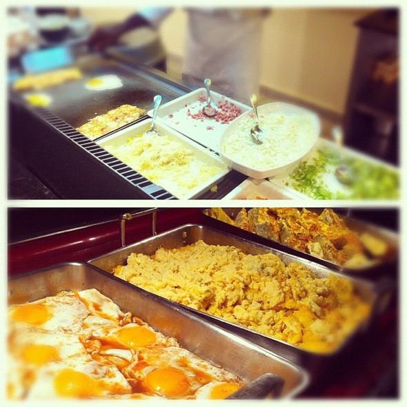"""Cuando en los comedores del hotel hay un """"molote"""" a la hora del desyuno, de seguro será aqui: la etación de los huevos, ofrézcome! cuanta variedad. @ Hotel - Barceló Bávaro Palace Deluxe"""