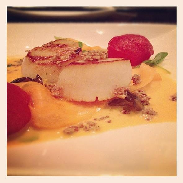 Seared Scallop. Smoked Cherry Tomato, Honey Mushroom, Pickled Carrot, Basil, Tum Yum Beurre Blanc @Sen5esTO www.gwailo.ca @ Sen5es Restaurant & Bar