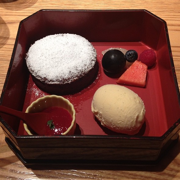 Chocolate Fondant With Vanilla Bean Ice Cream, Home Made Raspberry Coulis - NOBU Tokyo, 港区, 東京都