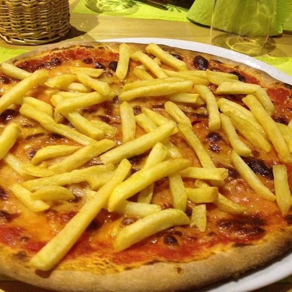 Pizza con SalamePiccante e Patatine Fritte @ Ristorante Pizzeria Bar Green Park La Rinascente Di Perrone Franco & C. Sas