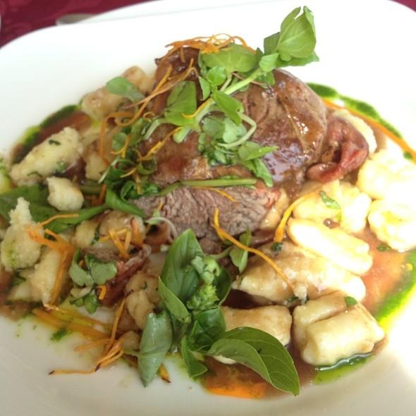 Filete Grillé Encamisado En Prosciutto, Con Ñoquis En Mantequilla De Albahaca @ Gavina Hotel