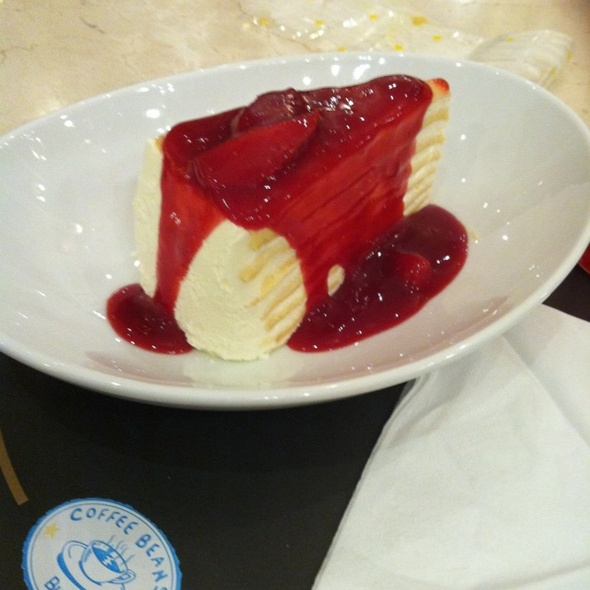 Sinful Vanilla Crape Cake With Tangy Strawberry Sauce @ Coffee Beans by Dao @ Siam Paragon