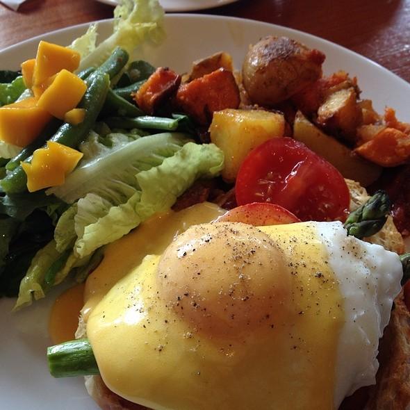 Eggs Benedict @ Gudrun Tasting Room