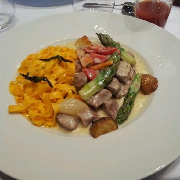Vitelo com legumes e fettucine @ Tre Bicchieri