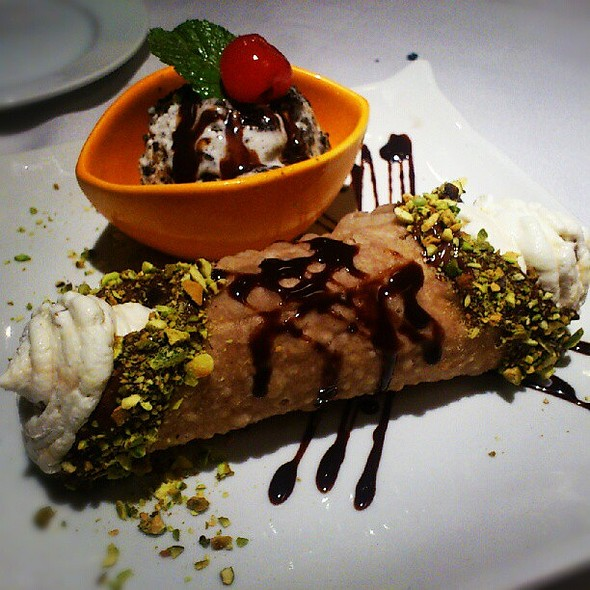 I've been seduced by the lure of Cannolli. Foodporn! @ Mona Lisa