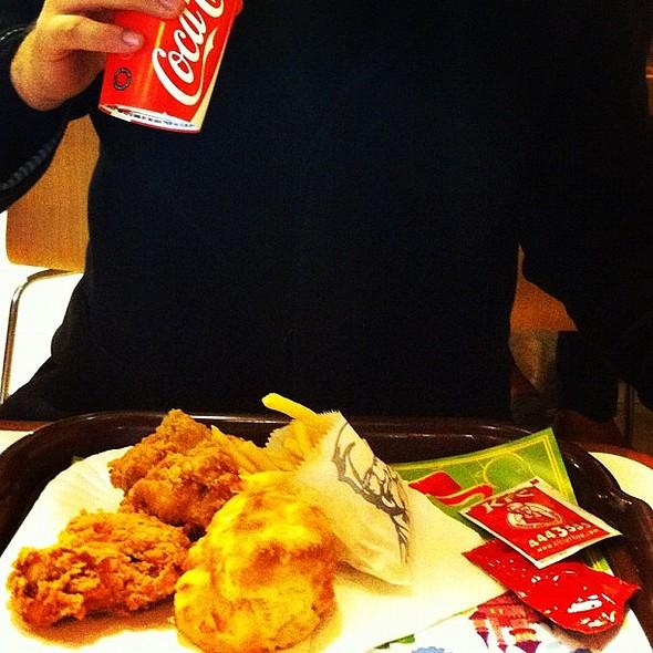 Tavukların tadı harikaydı, müzik yoktu ve kasa önünde beklemek sıkıcıydı. ızılay @ KFC