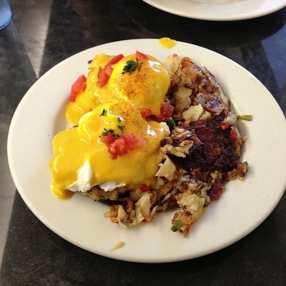 Maryland Chesapeake Eggs Benedict @ Sip & Bite Restaurant