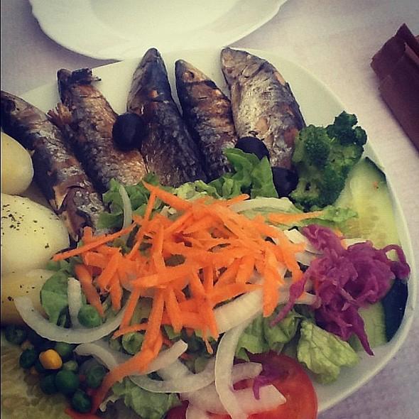 Sardines! Lunch! The smell! Reminds of селедка под шубой (cc @slavas @tusti ). @ Caminho Da Ronda