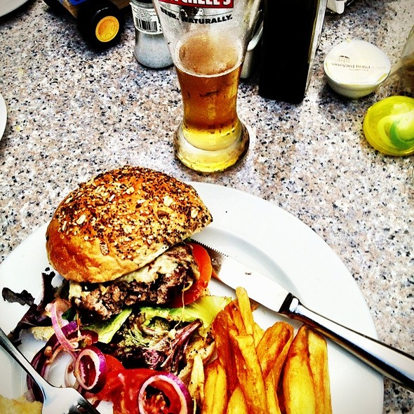 Cheeseburger @ The Square (Vineyard Hotel)